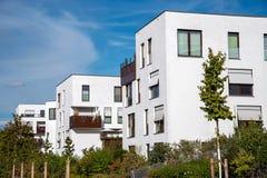 Νέα περιοχή οικοδόμησης με τα άσπρα σπίτια διαμερισμάτων στοκ εικόνες με δικαίωμα ελεύθερης χρήσης