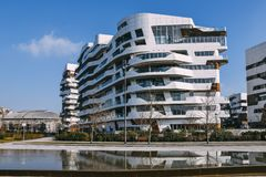 Νέα περιοχή CityLife στο Μιλάνο με τα σύγχρονα και πολυτελή residencial και εταιρικά κτήρια Κατοικίες Hadid Στοκ φωτογραφία με δικαίωμα ελεύθερης χρήσης