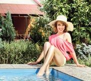 Νέα πισίνα πορτρέτου ομορφιάς γυναικών πλησίον στοκ φωτογραφίες