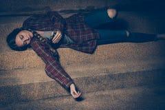 Νέα πιωμένη συνεδρίαση γυναικών έξω στη νύχτα Μόλυβδος αλκοολισμού και εθισμού στα ναρκωτικά στην κατάθλιψη στοκ φωτογραφία με δικαίωμα ελεύθερης χρήσης