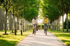 Νέα ποδήλατα ανακύκλωσης ζευγών την ηλιόλουστη ημέρα Στοκ Εικόνες