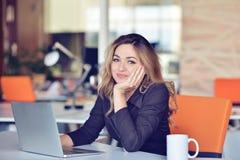 Νέα πολυάσχολη όμορφη λατινική επιχειρησιακή γυναίκα που υφίσταται την πίεση που λειτουργεί στον υπολογιστή γραφείων Στοκ φωτογραφία με δικαίωμα ελεύθερης χρήσης