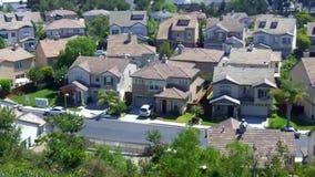 Νέα προαστιακά σπίτια σε μια κατοικημένη οδό στα προάστια απόθεμα βίντεο