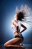 Νέα προκλητική γυναίκα με το κυματίζοντας τρίχωμα Στοκ φωτογραφία με δικαίωμα ελεύθερης χρήσης