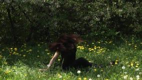 Νέα προκλητική γυναίκα χορευτών που χορεύει στο πάρκο φιλμ μικρού μήκους