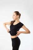 Νέα προκλητική αθλητική γυναίκα μαύρο sportswear - που απομονώνεται στο μόριο Στοκ φωτογραφίες με δικαίωμα ελεύθερης χρήσης