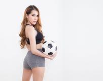 Νέα προκλητική γυναίκα με τη σφαίρα ποδοσφαίρου Στοκ Εικόνες