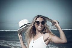 Νέα προκλητική γυναίκα με το άσπρο καπέλο που περπατά στην άσπρη παραλία άμμου ένα τροπικό νησί του Μπαλί στην ηλιόλουστη ημέρα Ω Στοκ φωτογραφία με δικαίωμα ελεύθερης χρήσης