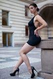 Νέα προκλητική γυναίκα με το μαύρο φόρεμα Στοκ φωτογραφία με δικαίωμα ελεύθερης χρήσης