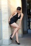 Νέα προκλητική γυναίκα με το μαύρο φόρεμα στοκ φωτογραφία