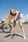 Νέα προκλητική γυναίκα με το ποδήλατο υπαίθρια Στοκ Εικόνες