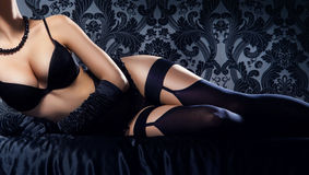 Νέα, προκλητική και όμορφη γυναίκα στο εσώρουχο στο κρεβάτι Στοκ Εικόνες