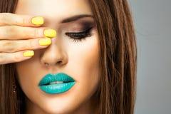 Νέα πρότυπα, μπλε χείλια ομορφιάς, κίτρινα καρφιά κλείστε επάνω Στοκ φωτογραφία με δικαίωμα ελεύθερης χρήσης
