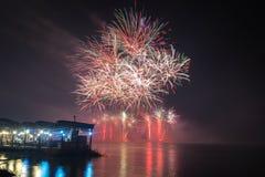 Νέα πυροτεχνήματα παραμονής έτους ` s που προωθούνται από το νερό με τις αντανακλάσεις Στοκ Εικόνα