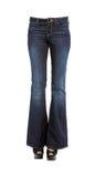 Νέα πόδια γυναικών στα κατώτατα τζιν κουδουνιών και το toe τιτιβίσματος πλατφορμών stil Στοκ Εικόνες