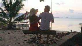 Νέα ρομαντική συνεδρίαση ζευγών μαζί στην ταλάντευση και το αγκάλιασμα απόθεμα βίντεο