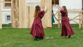 Νέα ρωμαϊκά κορίτσια σε μια antical θεατρική επίδειξη φιλμ μικρού μήκους