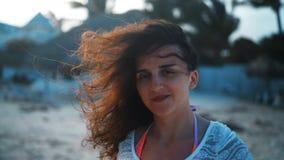 Νέα σαγηνευτική γυναίκα brunette που χαμογελά στη κάμερα και το γέλιο απόθεμα βίντεο