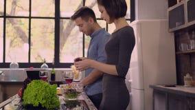 Νέα σαλάτα οικογενειακών μαγείρων στο επίπεδο φιλμ μικρού μήκους