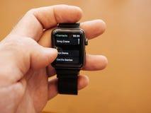 Νέα σειρά 3 επαφές app ρολογιών της Apple αριθμών τηλεφώνου αριθμού πινάκων Στοκ φωτογραφία με δικαίωμα ελεύθερης χρήσης