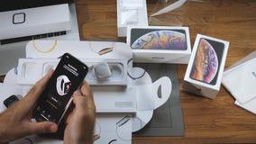 Νέα σειρά ρολογιών της Apple 4 ζευγάρι με το iPhone Xs Max απόθεμα βίντεο