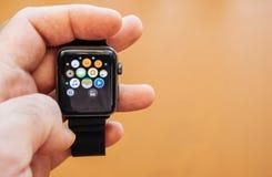 Νέα σειρά 3 ρολογιών της Apple που κρατά wathcn, εγχώρια οθόνη Στοκ Φωτογραφίες