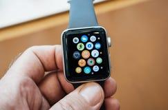 Νέα σειρά 3 ρολογιών της Apple ρολόι μήλων εγχώριας οθόνης Στοκ φωτογραφία με δικαίωμα ελεύθερης χρήσης
