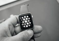 Νέα σειρά 3 ρολογιών της Apple ρολόι μήλων εγχώριας οθόνης Στοκ φωτογραφίες με δικαίωμα ελεύθερης χρήσης