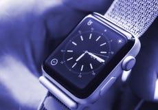 Νέα σειρά 3 ρολογιών της Apple σε ετοιμότητα αρσενικό Στοκ εικόνες με δικαίωμα ελεύθερης χρήσης