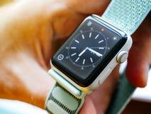 Νέα σειρά 3 ρολογιών της Apple σε ετοιμότητα αρσενικό Στοκ Εικόνα