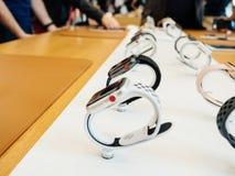 Νέα σειρά 3 ρολογιών της Apple σε μια σειρά στη Apple Store Στοκ φωτογραφία με δικαίωμα ελεύθερης χρήσης