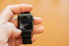 Νέα σειρά 3 ρολογιών της Apple στηργμένος ποσοστό καρδιών Στοκ εικόνα με δικαίωμα ελεύθερης χρήσης