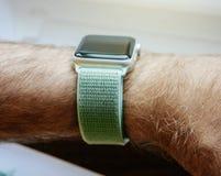 Νέα σειρά 3 ρολογιών της Apple smartwatch με 42mm θαλάσσιο πράσινο Spor Στοκ εικόνα με δικαίωμα ελεύθερης χρήσης