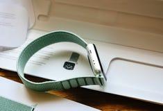 Νέα σειρά 3 ρολογιών της Apple smartwatch με 42mm θαλάσσιο πράσινο Spor Στοκ Εικόνες