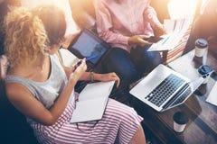 Νέα σε απευθείας σύνδεση επιχειρησιακή ηλεκτρονική συσκευή συνεδρίασης του 'brainstorming' ομάδας συναδέλφων Ψηφιακό πρόγραμμα ξε Στοκ Φωτογραφία