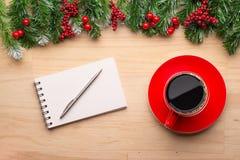 Νέα σημείωση έτους και κενό σημειωματάριο εγγράφου στον πίνακα γραφείων, νέες έννοιες ψηφίσματος έτους Στοκ Εικόνες