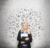 Νέα σημειωματάρια εκμετάλλευσης γυναικών, τοίχος με τις συρμένες εικόνες πίσω Στοκ Εικόνες
