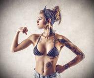 Νέα σκληρή γυναίκα με τις δερματοστιξίες Στοκ εικόνα με δικαίωμα ελεύθερης χρήσης