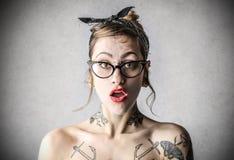 Νέα σκληρή γυναίκα με τις δερματοστιξίες Στοκ φωτογραφία με δικαίωμα ελεύθερης χρήσης