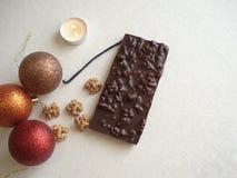 Νέα σοκολάτα έτους ` s Ένα δώρο με τα χέρια σας Τα Χριστούγεννα μεταχειρίζονται Νέα παιχνίδια έτους ` s νέο έτος διακοσμήσεων Κερ στοκ φωτογραφία με δικαίωμα ελεύθερης χρήσης
