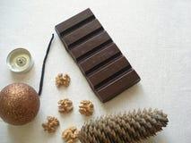 Νέα σοκολάτα έτους ` s, παιχνίδια Χριστουγέννων και κεριά στοκ φωτογραφία με δικαίωμα ελεύθερης χρήσης