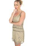 Νέα στοχαστική γυναίκα που φορά το φόρεμα πτερυγίων Στοκ φωτογραφία με δικαίωμα ελεύθερης χρήσης