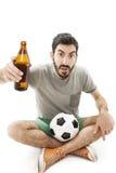 Νέα συγκλονισμένη συναισθηματική συνεδρίαση υποστηρικτών στο ποδόσφαιρο πατωμάτων και προσοχής με την μπύρα Στοκ φωτογραφίες με δικαίωμα ελεύθερης χρήσης