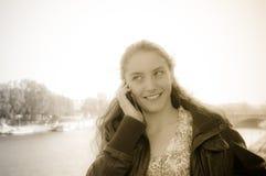 Νέα συζήτηση γυναικών σε ένα κυψελοειδές τηλέφωνο Στοκ φωτογραφία με δικαίωμα ελεύθερης χρήσης