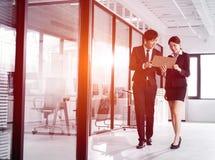 Νέα συζήτηση επιχειρηματιών στην αρχή στοκ φωτογραφία με δικαίωμα ελεύθερης χρήσης