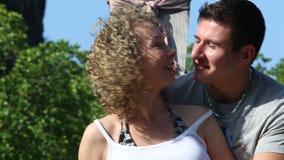 Νέα συζήτηση και φιλί ζεύγους στη βάρκα Longtail φιλμ μικρού μήκους