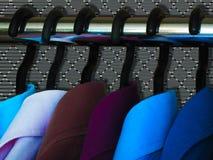 Νέα συλλογή πουκάμισων ατόμων Χρόνος να αλλαχτεί το ύφος στη μόδα Τα πουκάμισα και οι κρεμάστρες είναι στην επίδειξη καταστημάτων στοκ φωτογραφία με δικαίωμα ελεύθερης χρήσης