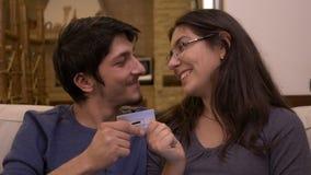 Νέα συναισθηματική συνεδρίαση παντρεμένων ζευγαριών στη σύζυγο καναπέδων στο σπίτι που ζητά την πιστωτική κάρτα απόθεμα βίντεο