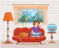 Νέα συνεδρίαση βιβλίων ανάγνωσης γυναικών στον καναπέ στοκ εικόνες