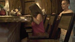 Νέα συνεδρίαση γυναικών και ανδρών στο φραγμό ενώ ρομαντική ημερομηνία στο εστιατόριο Ζεύγος ερωτευμένο στη συνεδρίαση καφέδων βρ απόθεμα βίντεο
